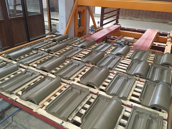 Automatisms for roof tiles and special pieces